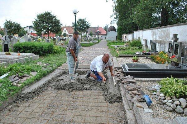 Práce na chodníku. 2. etapa bude mesto stáť okolo 50–tisíc eur.
