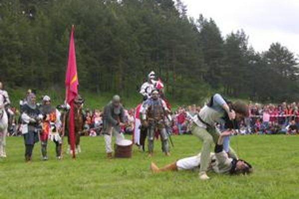 Veľkolepú šou v podobe stredovekej bitky predviedli účinkujúci divákom minulý rok po prvýkrát. Do tábora vtedy zavítalo veľké množstvo zvedavcov.
