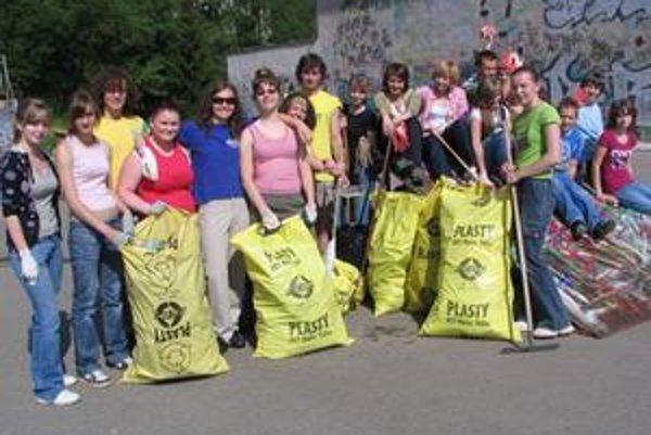 Brigádnici vyzbierali množstvo odpadu.