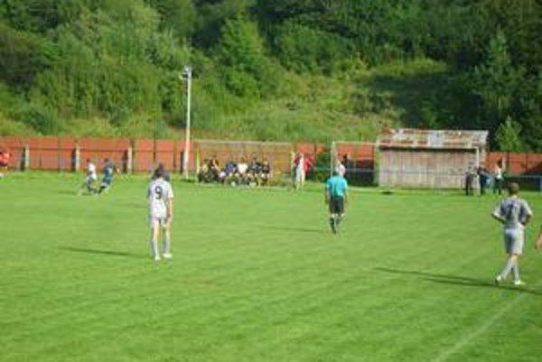 V susedskom derby si nováčik z M. Lipníka (v zelenom) napokon tri body ani vedenie v súťaži nenechal vziať.