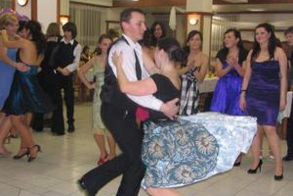 Tanec. Na ľudovky vedia tancovať aj mladí.