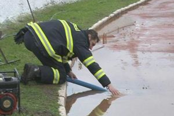 Voda robí problémy. Niekoľko dní častých dažďov spôsobilo mnohým starosti. V pohotovosti boli aj hasiči.