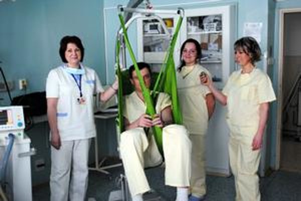 Tešia sa. Nový prístroj zjednodušil život pacientom aj personálu. Práca je teraz menej komplikovaná.