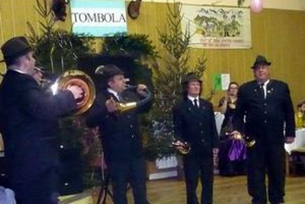 Slávnostné trúbenie. Poľovníci z Kolačkova ním otvárali ples v Hniezdnom.