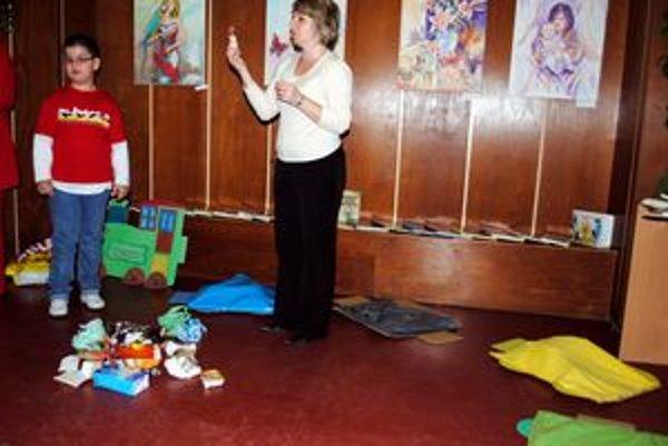 Ako triediť odpad. Každé z detí si vybralo druh odpadu, aby ho potom uložilo do správne vybraného farebného vagóna.