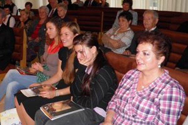 Sála MsÚ v Starej Ľubovni. Zaplnila sa množstvom recitátoriek a stala sa oázou, ktorá privítala každého.