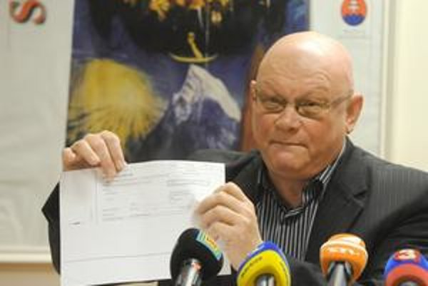 Marián Tkáč, bývalý viceguvernér NBS, dnes šéf Matice slovenskej, s kópiou spornej zmenky.