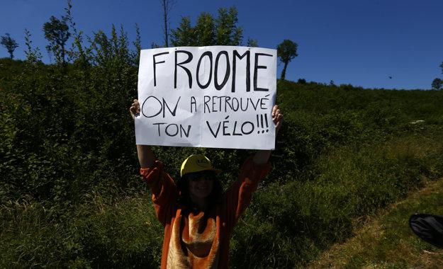 Fanúšik pri trati 14. etapy s odkazom pre lídra Tour de France: