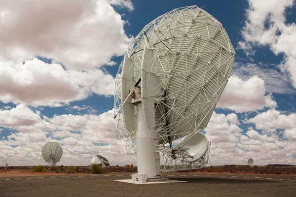 Každý zo 64 prijímačov teleskopu meerKAT má parabolickú anténu s priemerom 13,5 metra.