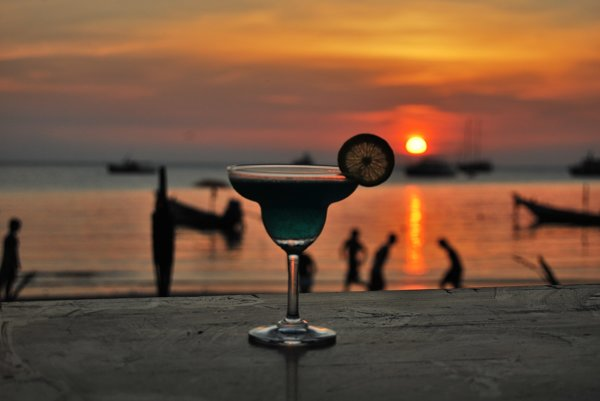 Plážové bary v Grécku sú otvorené do neskorých nočných hodín.