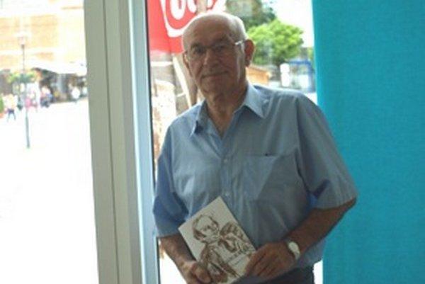 Florián Leitman. V ruke drží monografiu, ktorá zachytáva jeho publikačnú činnosť.