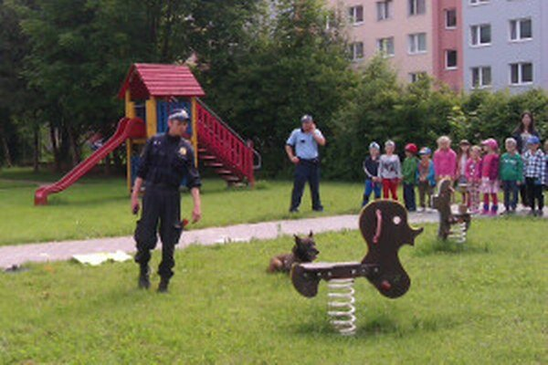 Medzi škôlkarov prišli mestskí policajti aj so psom.