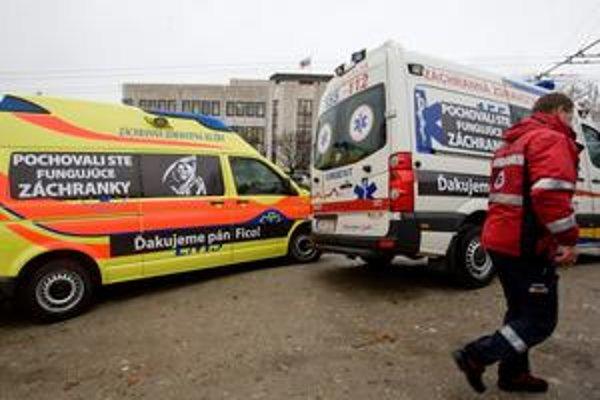 Neúspešní uchádzači v záchrankovom tendri protestovali aj pred parlamentom.