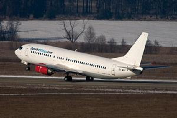 Boeing 737-400 (na fotke) Českých aerolínií, ktoré si od decembra 2009 prenajímala spoločnosť Danube Wings.
