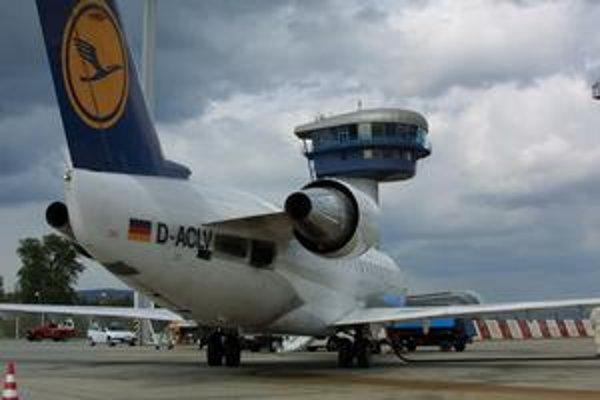 Lietadla značky Canadair spoločnosti Lufthansa na bratislavskom letisku M. R. Štefánika. Nemecké aerolínie do minulého roka prevádzkovali linku Bratislava - Mníchov.