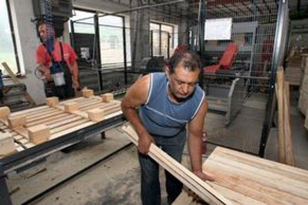 Stroje, na ktorých sociálne podniky spracúvajú drevo, im dodáva firma blízka Smeru.