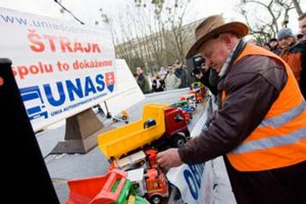 Dopravcovia včera protestovali pred Úradom vlády. Premiérovi priniesli hračky, aby sa hral s nimi, a nie s občanmi.