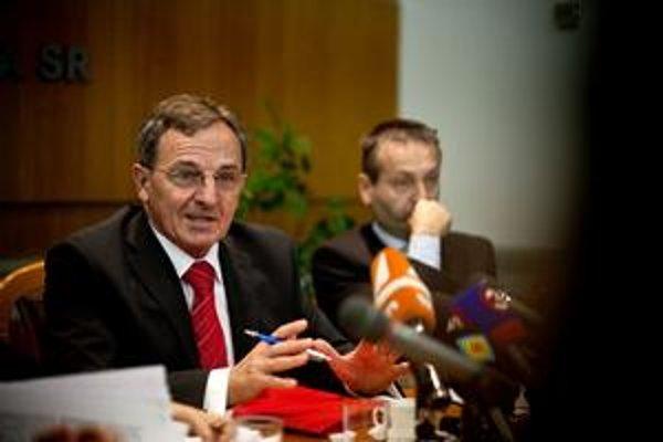 Minister životného prostredia Jozef Medveď sa odmieta stretnúť s Janou Lütkenovou kdekoľvek. Vyhovuje mu iba slovenská pôda – buď envirorezort, alebo veľvyslanectvo.