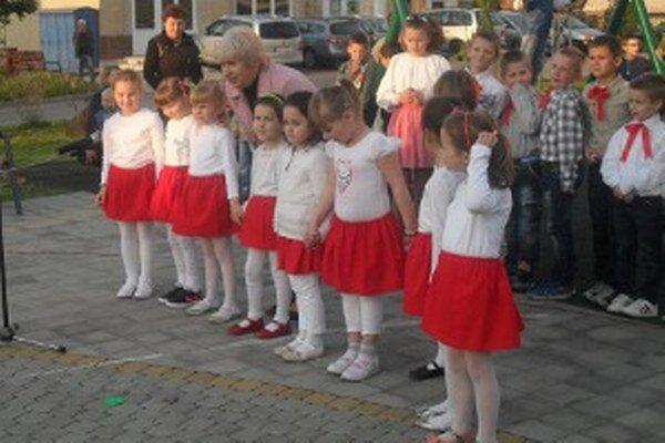 O kultúrne vystúpenie sa postarali miestni školáci a škôlkari.