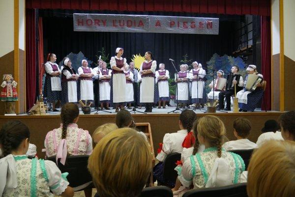 Folklórna skupina Poludienok.