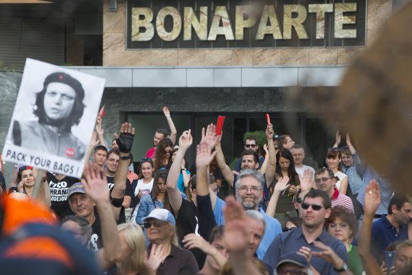 Protest proti Kaliňákovi pred Bonaparte.