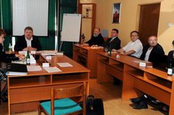 Valnému zhromaždeniu predsedal podnikateľ Ignác Ilčišin (vľavo). Vzadu sú dvaja zástupcovia spoločnosti Yukos Finance,vpredu sedia novozvolení členovia predstavenstva a dozornej rady – zľava Peter Botek (člen dozornej rady), Ján Husár (člen predstavenstva