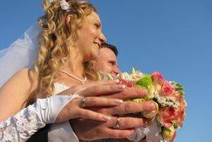 K spokojnosti mladomanželov sa chystá prispieť aj štát. Zrejme dotáciami úverov .