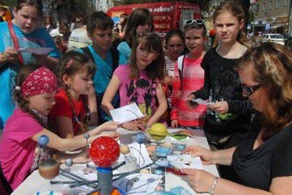 O aktivity počas Dňa Zeme v centre Handlovej je každoročne veľký záujem.