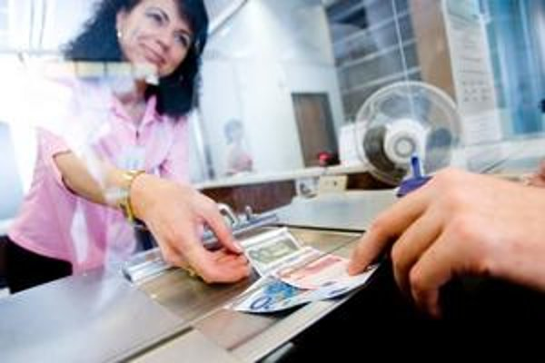 Rakúšania mince hádžu do automatov, slovenskí bankári musia prepočítavať osobne.