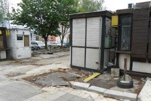 Nelegálne stánky v centre Prievidze musia majitelia likvidovať.