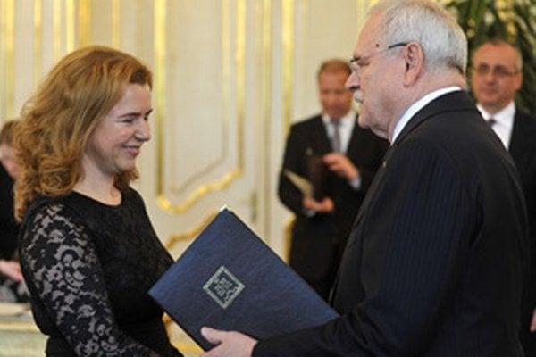 Novovymenovaná sudkyňa Okresného súdu Prievidza Zuzana Kotríková a prezident Ivan Gašparovič počas vymenovania dvanástich nových sudcov.