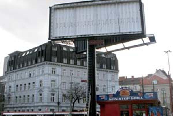 Obdobie, keď je miesta na reklamu viac ako záujmu o ňu, sa aj na Slovensku skracuje.