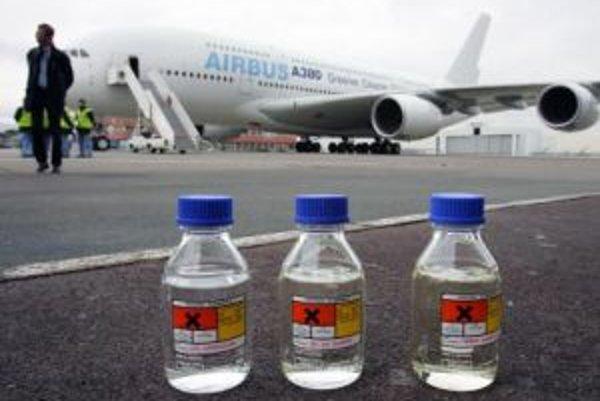 Lietadlo 380 a syntetická tekutina vyrobená zo zemného plynu.