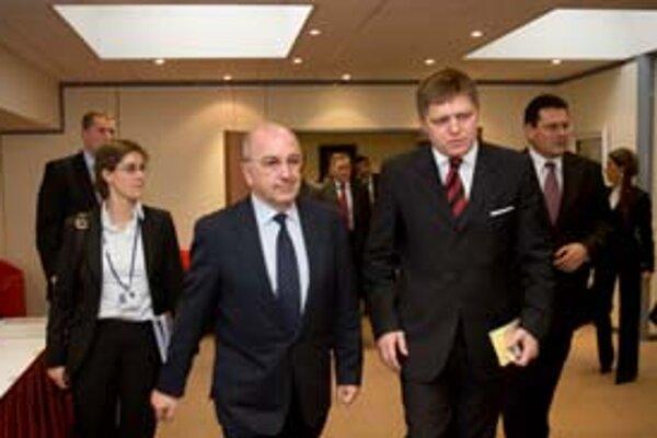Premiér Fico sa včera stretol s komisárom pre financie Almuniom (vľavo). Návštevou v Bruseli chce Fico zabezpečiť podporu pre prijatie eura.