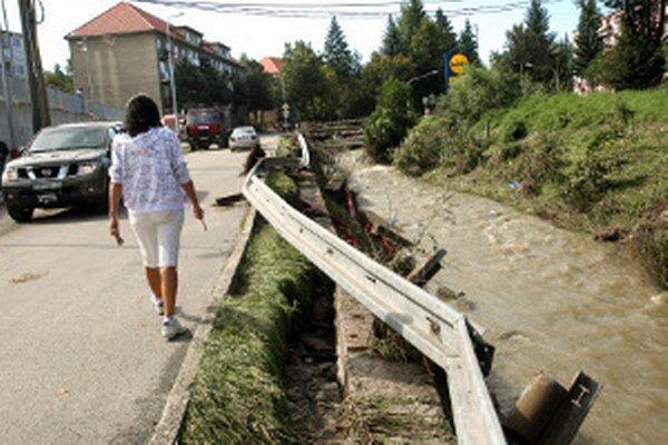 Po povodni v roku 2010 náletové dreviny z koryta Handlovky odstránili.