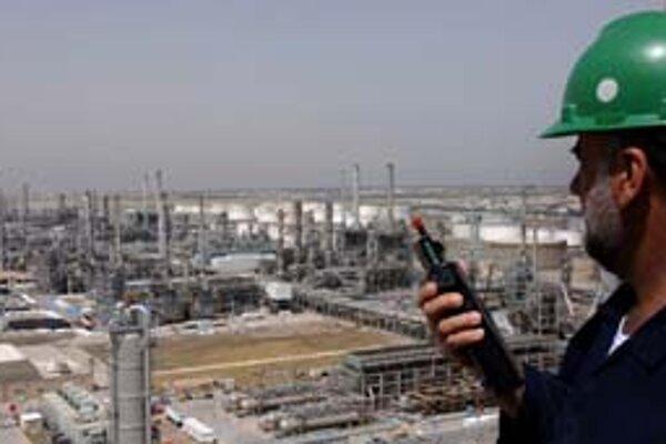 Cena ropy na svetových trhoch naďalej stúpa, aj preto, že ťažba v Mexickom zálive pre počasie dočasne klesne.
