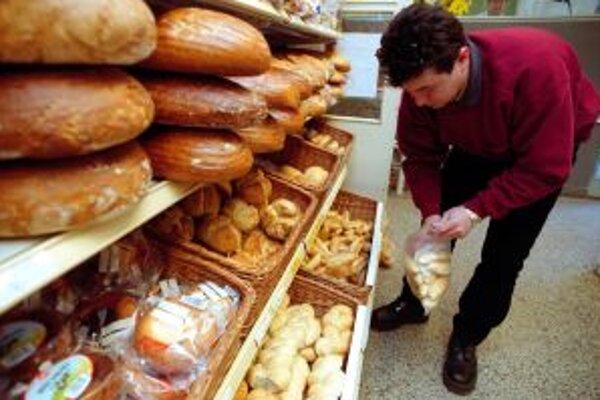 Priemerne zarábajúci Slovák musí robiť na chlieb trikrát dlhšie ako Rakúšan.