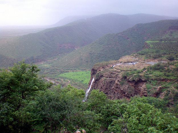 Počas charífu sa v južnej časti údolia vytvára vodopád, na Arabskom polostrove výnimočná vec.