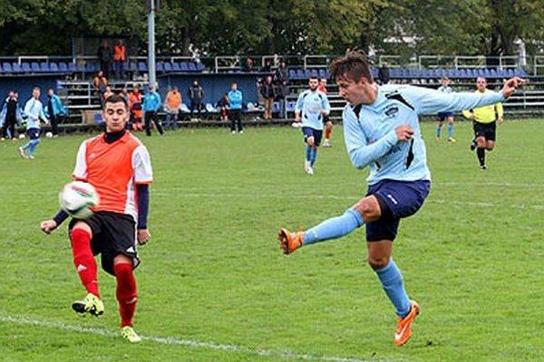 Adam Zelenka strieľa gól na 2:0 v zápase FC Nitra jun. - Štúrovo (3:0).