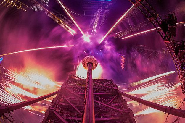Príchod Nového roka v New Yorku symbolizuje spúšťanie svetelnej gule na Times Square