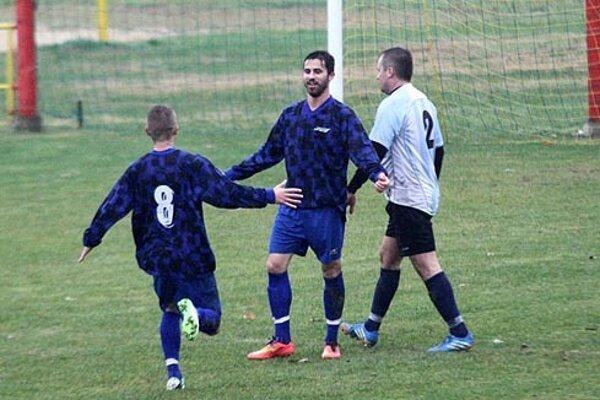 Víťazný gól strelil Enrik Borbély, gratulovať mu beží Juraj Kubaľák.