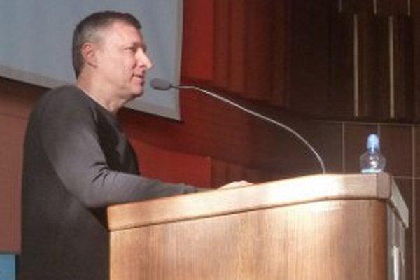Miroslav Trnka počas prednášky v Prievidzi.