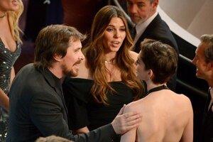 Christian Bale (vľavo) s manželkou Sibi počas rozhovoru s Anne Hathaway (vpravo).