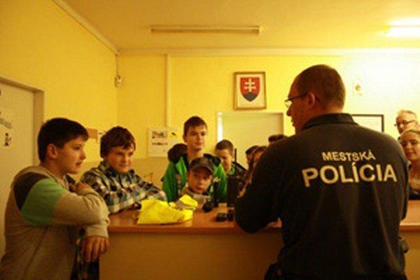Školákov zaujalo aj rozprávanie mestského policajta.