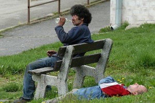 Bezdomovcom môžu mestskí policajti zhabať alkohol.