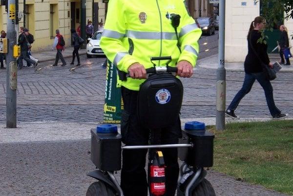 Pražský strážnik na segwayi.