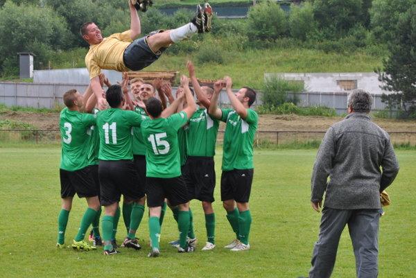 Takto sa futbalisti ŠK Čierne lúčili so svojím dlhoročným spoluhráčom.