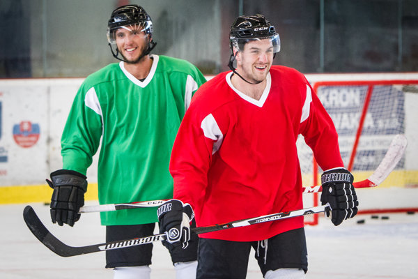 Kanadský obranca Jake Cadwell (vpravo) je novou posilou mužstva.