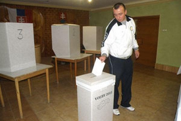 V Hornej Vsi si ľudia vyberajú kandidátov za obvod Partizánske.