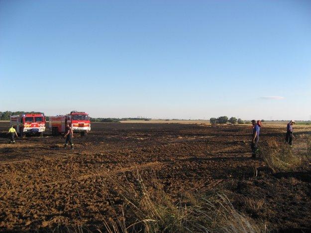 Zhorela aj časť poľa so slamou, ktorá susedí s poľom s obilím..